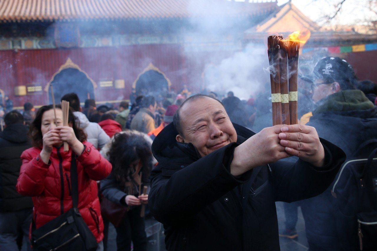農曆正月初一,北京雍和宮湧進大批市民趕在新年燒頭柱香祈福。圖╱中新社資料照