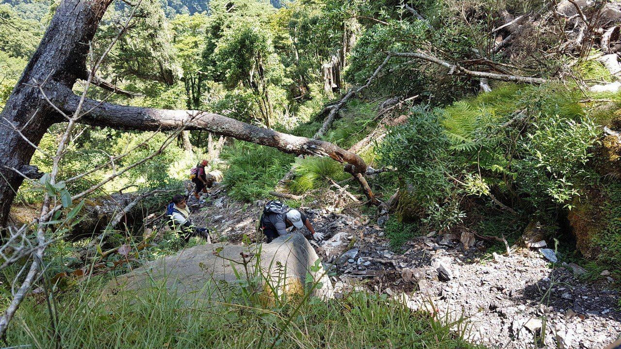 警方由花蓮林管處護管員帶領下,攀爬70度以上極傾斜山路,歷經4小時才到達犯罪現場...