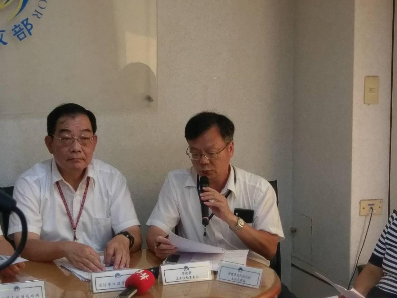 營建署主秘王東永(右)。記者徐偉真/攝影