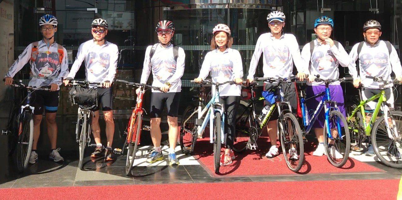 康和證券董事長鄭大宇(左三)帶領同仁單車環台進行偏鄉送暖。 圖/康和證券提供