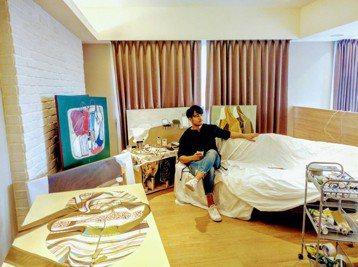 郭彥甫的作息時間,堪稱娛樂圈的健康寶寶,晚上11點前睡覺,早上六點起床,這是從學生時期當運動員養成的習慣,一起床就會開始畫畫,有時候在淡水的畫室畫畫,有時到台中畫畫,跟他結婚四年的庭庭,偶爾抱怨:「...