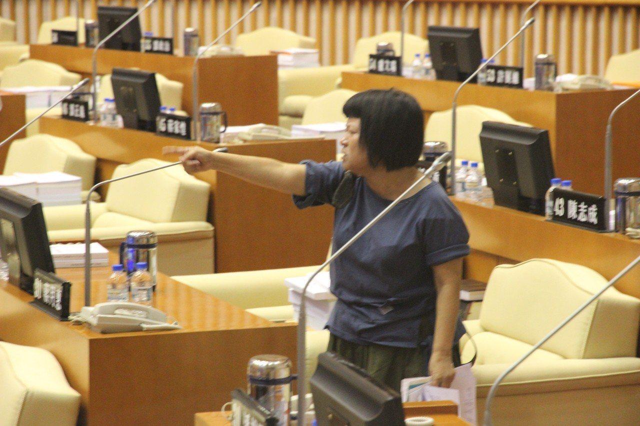 屏東縣議員蔣月惠今天上午在議會與另一位女議員唐玉琴爆發口角衝突,蔣月惠一度被請出...