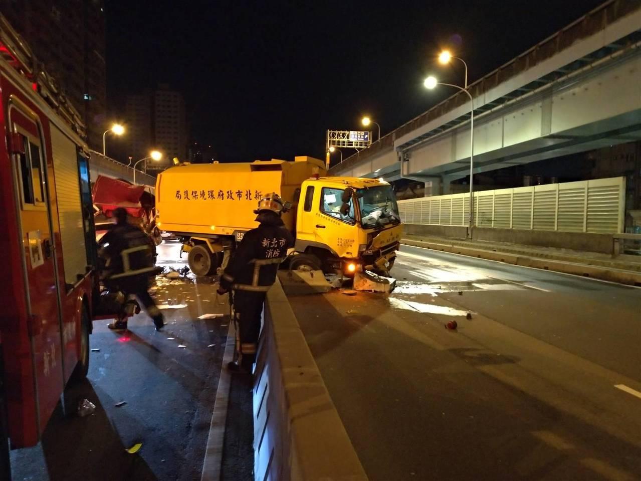 小貨車由後方追撞把掃街車擠到對向車道。記者林昭彰/翻攝