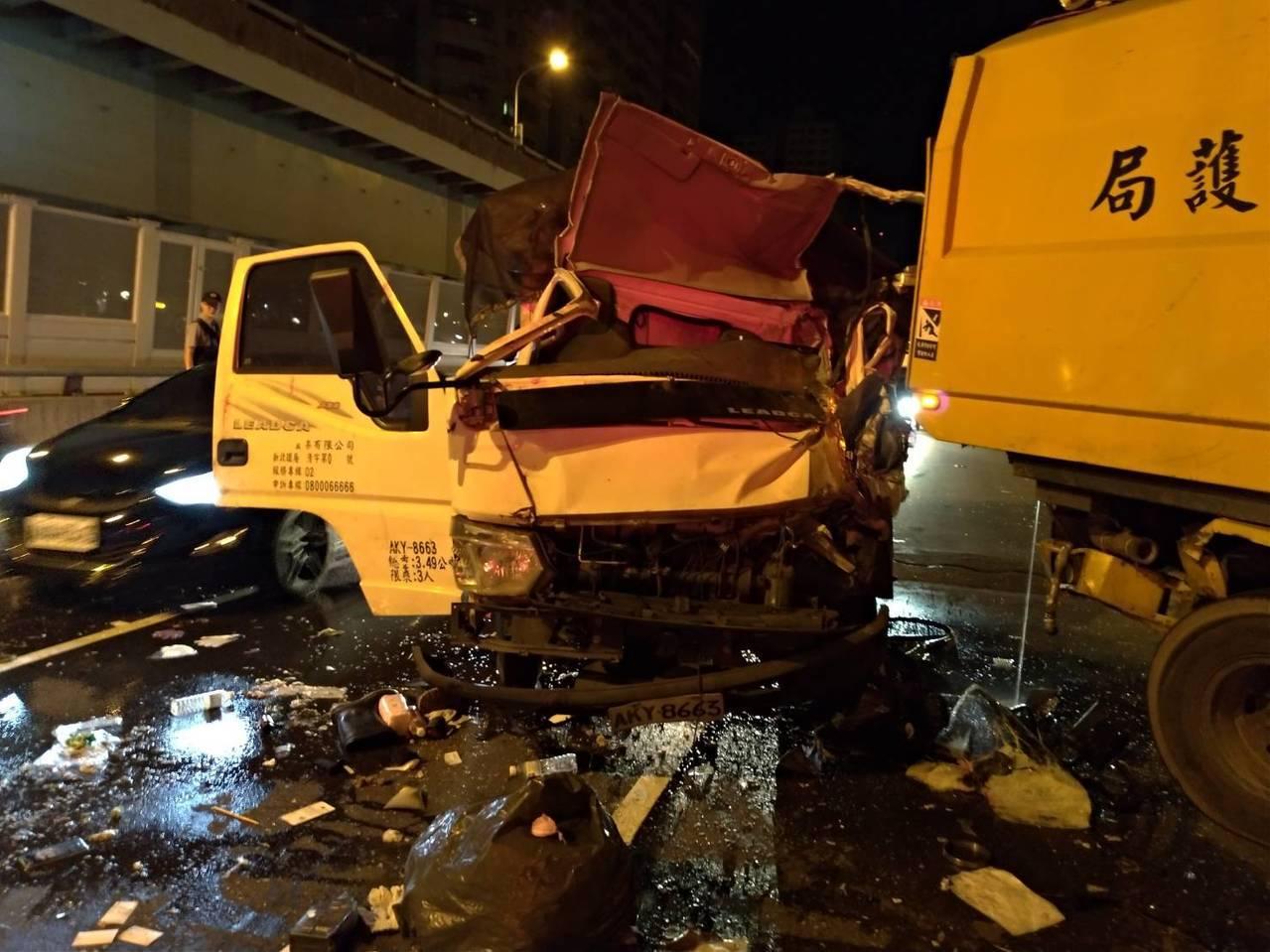 小貨車撞到車頭嚴重變形。記者林昭彰/翻攝