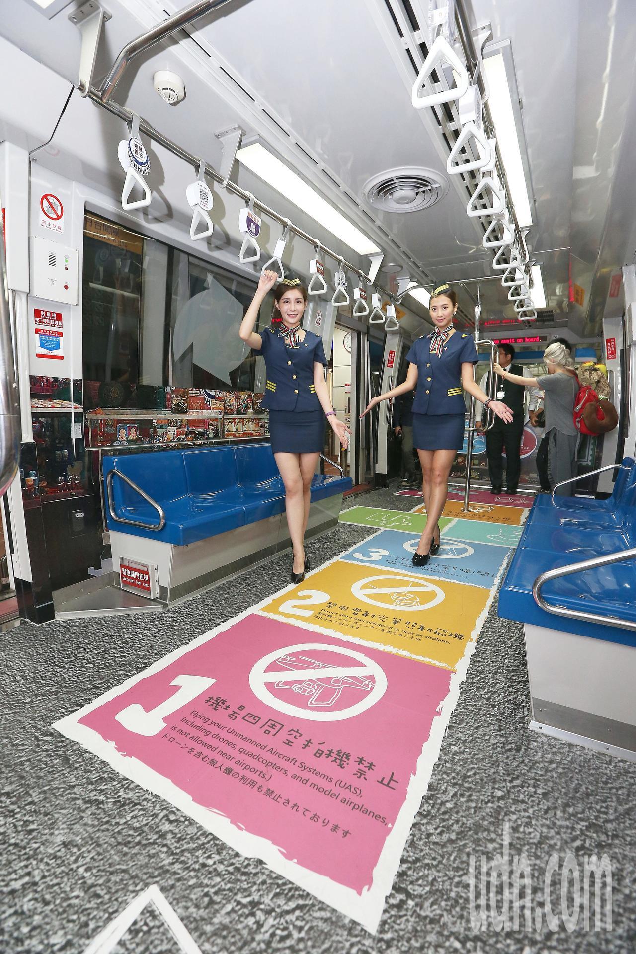 桃園機場公司推動飛安宣導,在連結兩座航廈的電車站及車廂設置裝置藝術壁貼,把候車月...
