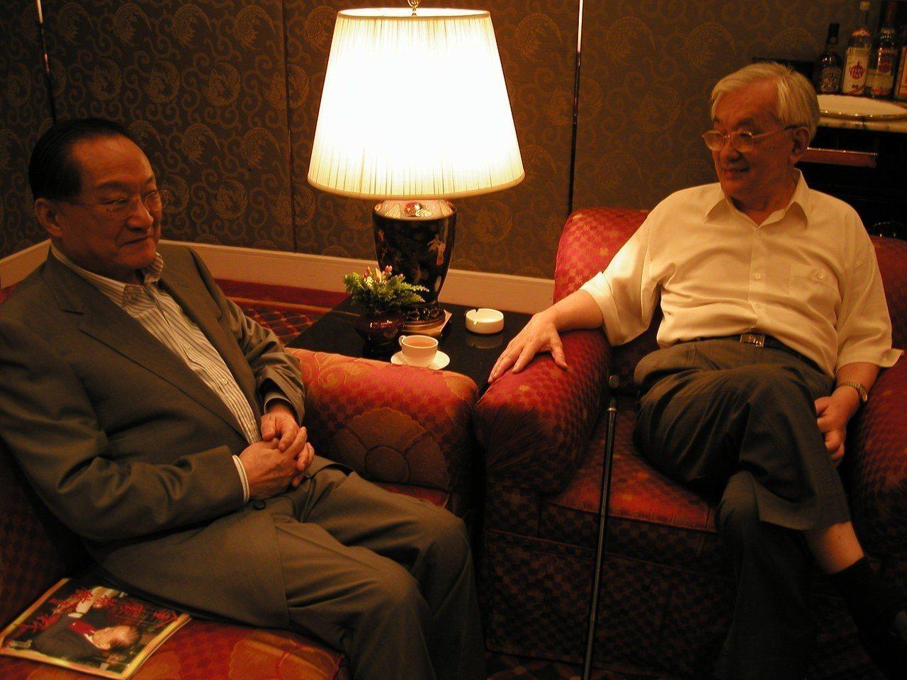 沈君山(右)曾親赴香港要求金庸(左)訂「金三點」,不要隨便刪改小說中的人物個性。...