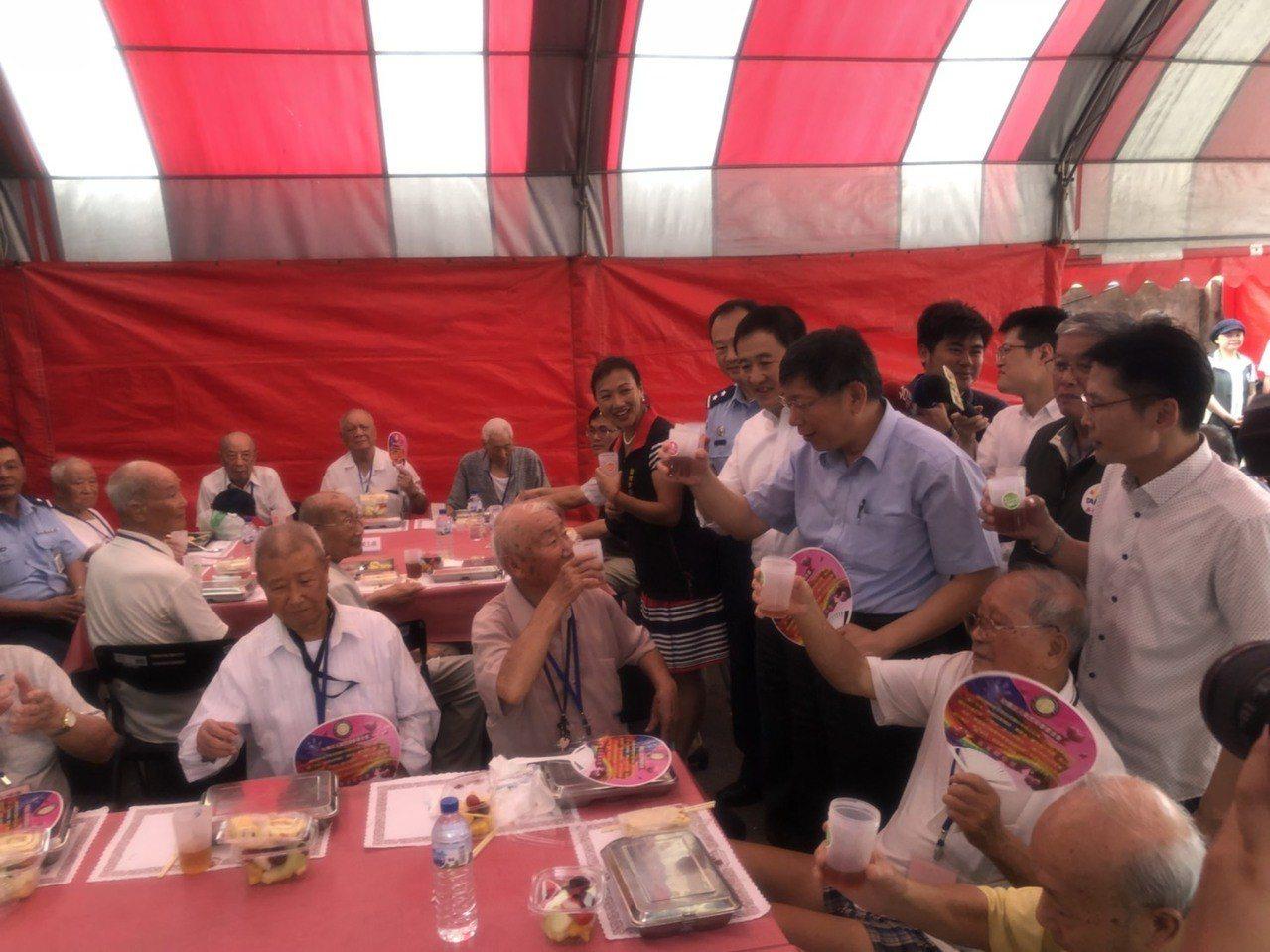 台北市長柯文哲今天中午訪視慰問大安區芳蘭山國軍單身退員宿舍,和榮民一塊用餐,被外...