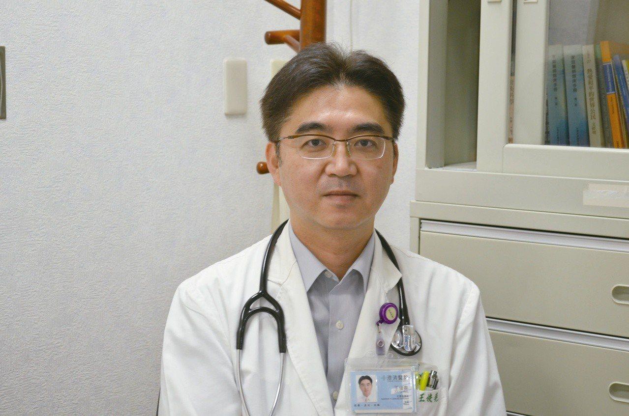 台中市澄清醫院中港院區家醫科醫師王俊堯曾經歷兩次在飛機救人的經驗,宛若電影情節。...