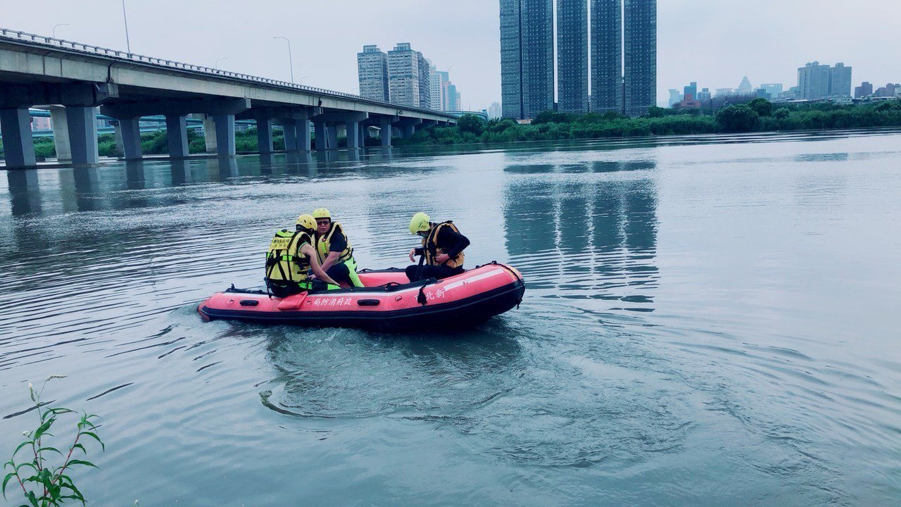 消防隊員出動橡皮艇搜尋,沒找到「游泳」的人,但撈到男性浮屍。記者林昭彰/翻攝