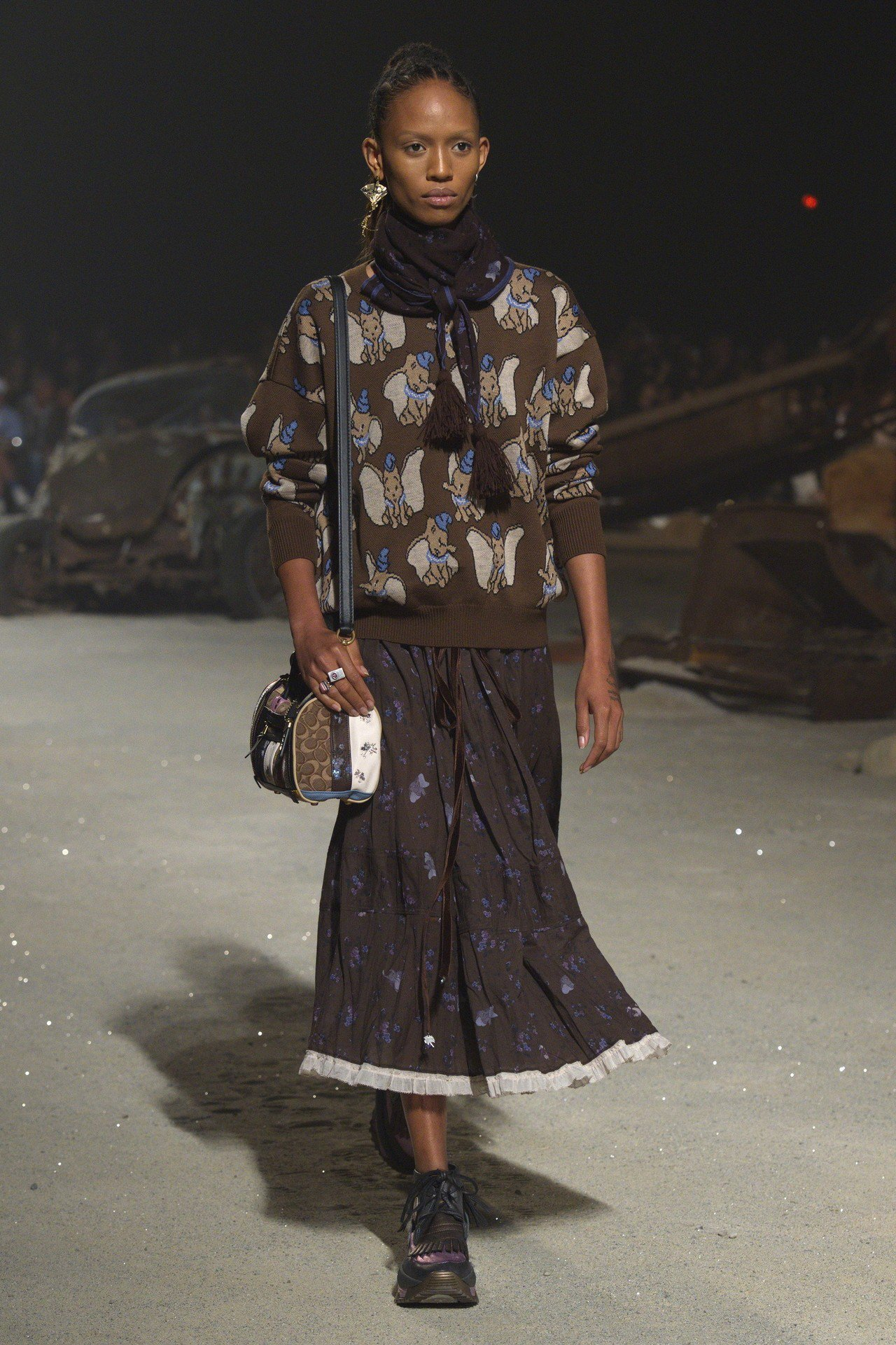 小飛象圖樣的服裝,以及筒狀拼接側背包,都是新樣貌。圖/COACH提供
