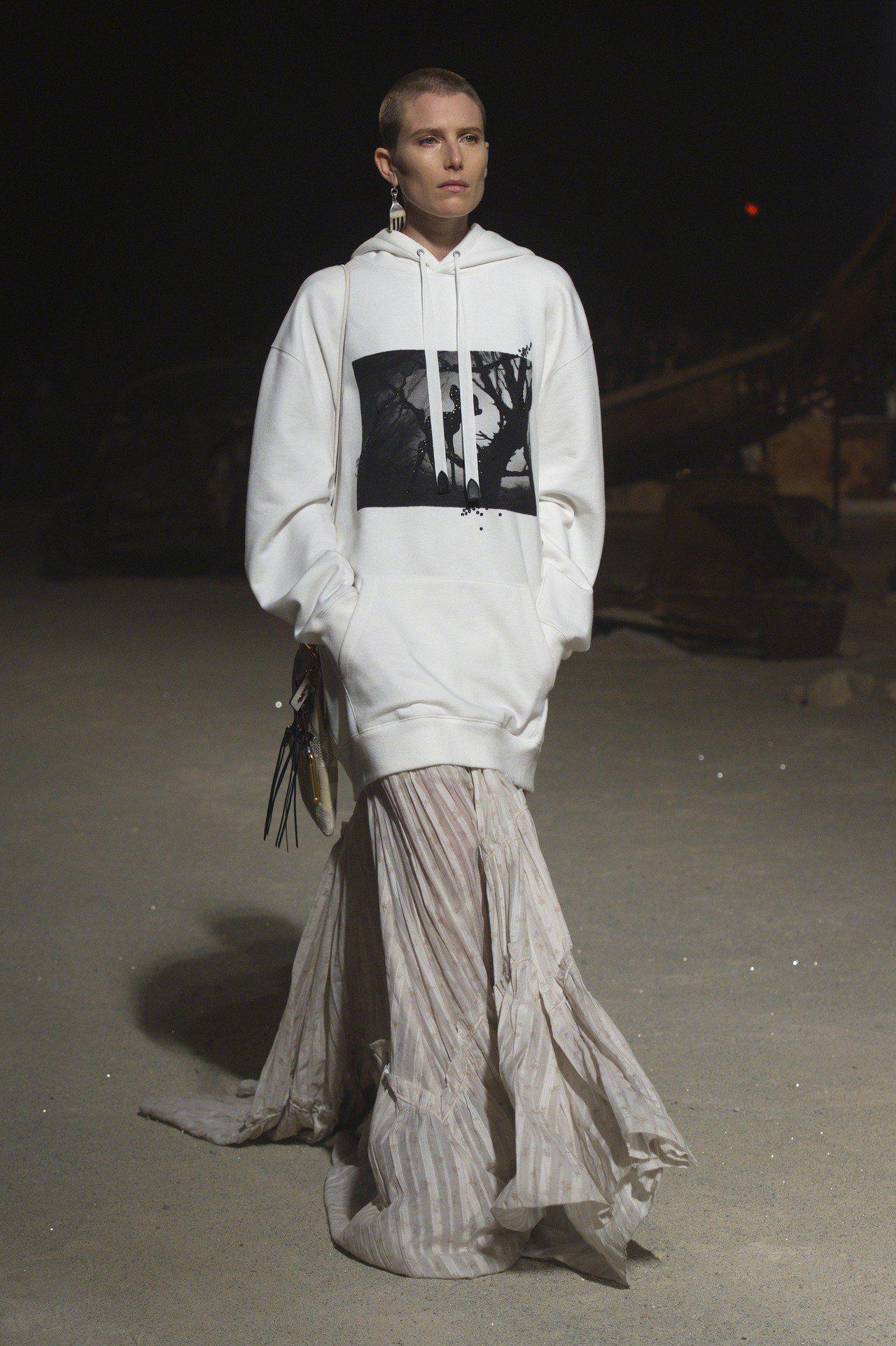 超模Dree Hamingway以超酷的平頭新髮型走秀。圖/COACH提供