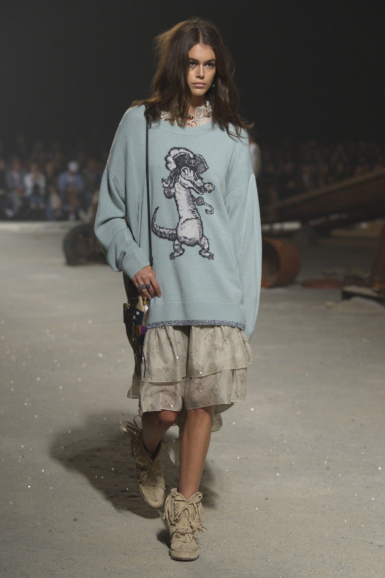 凱亞葛柏身穿卡通圖紋的針織衫,是品牌近幾季的特色。圖/COACH提供
