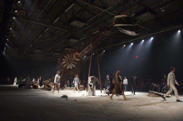 廢棄鏽蝕的恐龍等場佈,將時空拉到荒蕪異境,展現美式浪漫情懷。圖/COACH提供