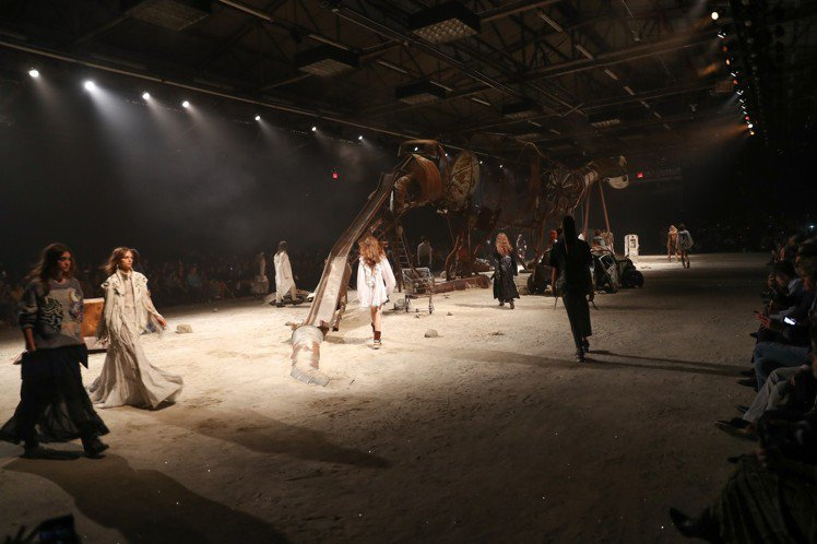 COACH在94碼頭區打造了一座神秘廣袤的美國荒漠場景。圖/COACH提供