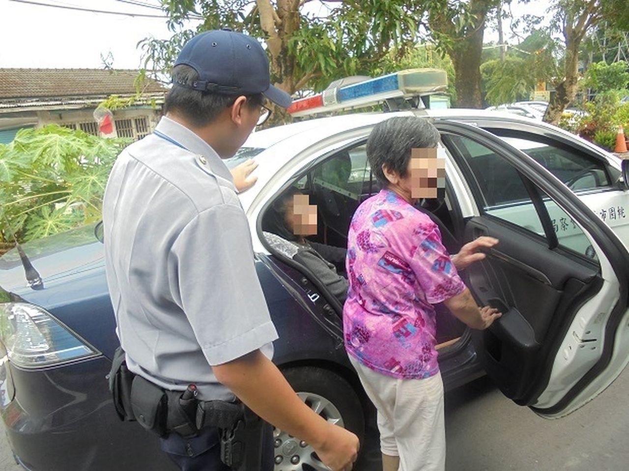 桃園市2名老婦因思念家人,相偕偷偷溜出老人安養中心,警方獲報調閱監視器展開地毯式...