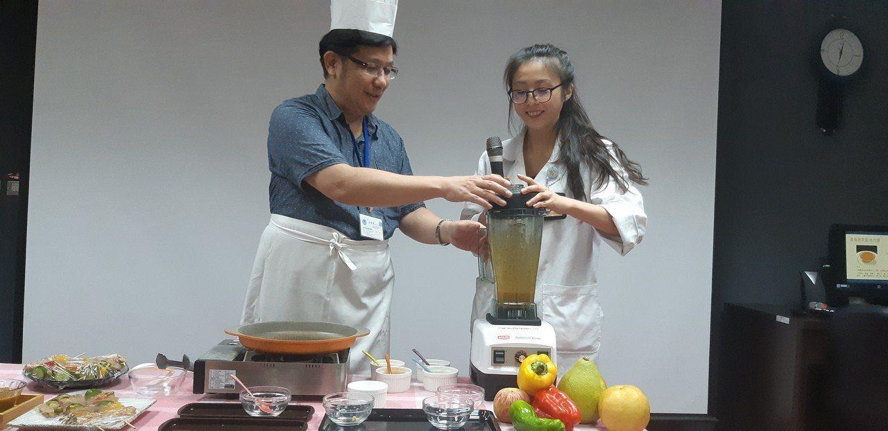 基隆醫院院長林豐慶與營養師林函儀現場示範製作建議蔬果烤肉醬。記者賴郁薇/攝影