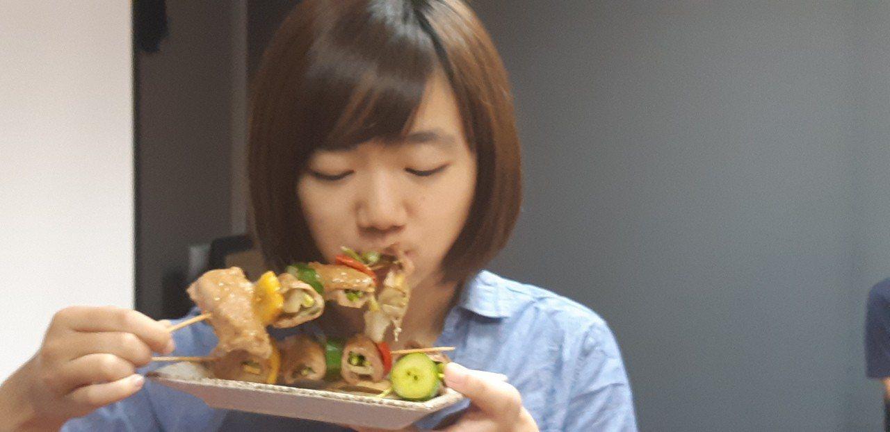 烤肉串上刷上香柚蔬果烤肉醬,吃過的都說少了死鹹味,卻多了健康清爽感。記者賴郁薇/...