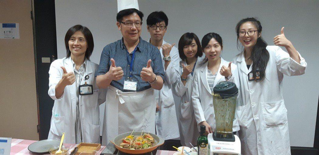 基隆醫院營養師團隊研發「香柚蔬果烤肉醬」,讓民眾健康烤肉無負擔。記者賴郁薇/攝影