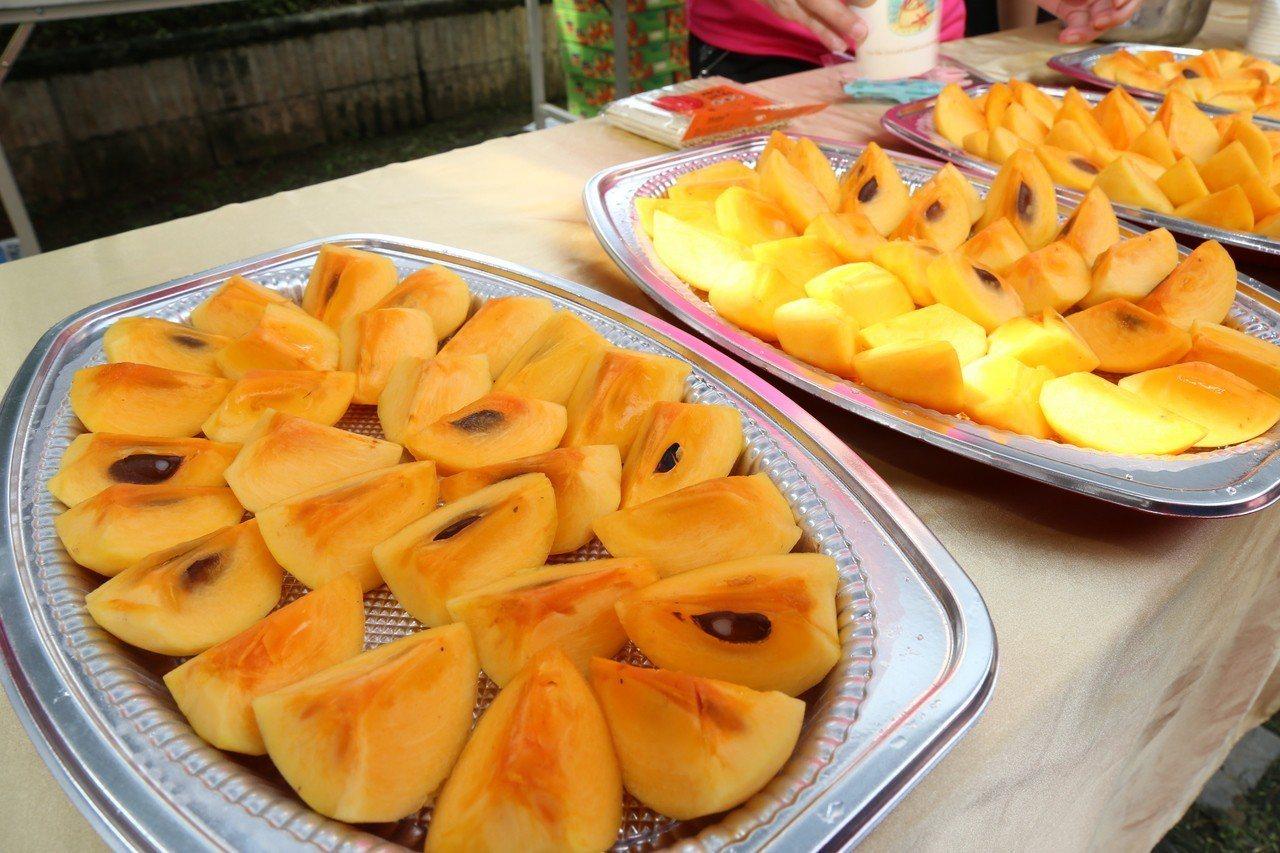 網路謠傳民眾若吃柿子配優酪乳會中毒,農委會表示,兩者一起吃只是會造成腸胃不適、腹...