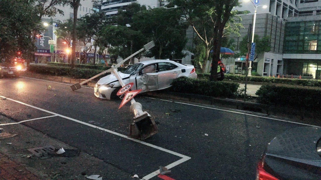 李疑似左轉時車速過快,左前輪壓到反光標記貓眼石,而失控打滑衝上安全島撞斷路燈。記...