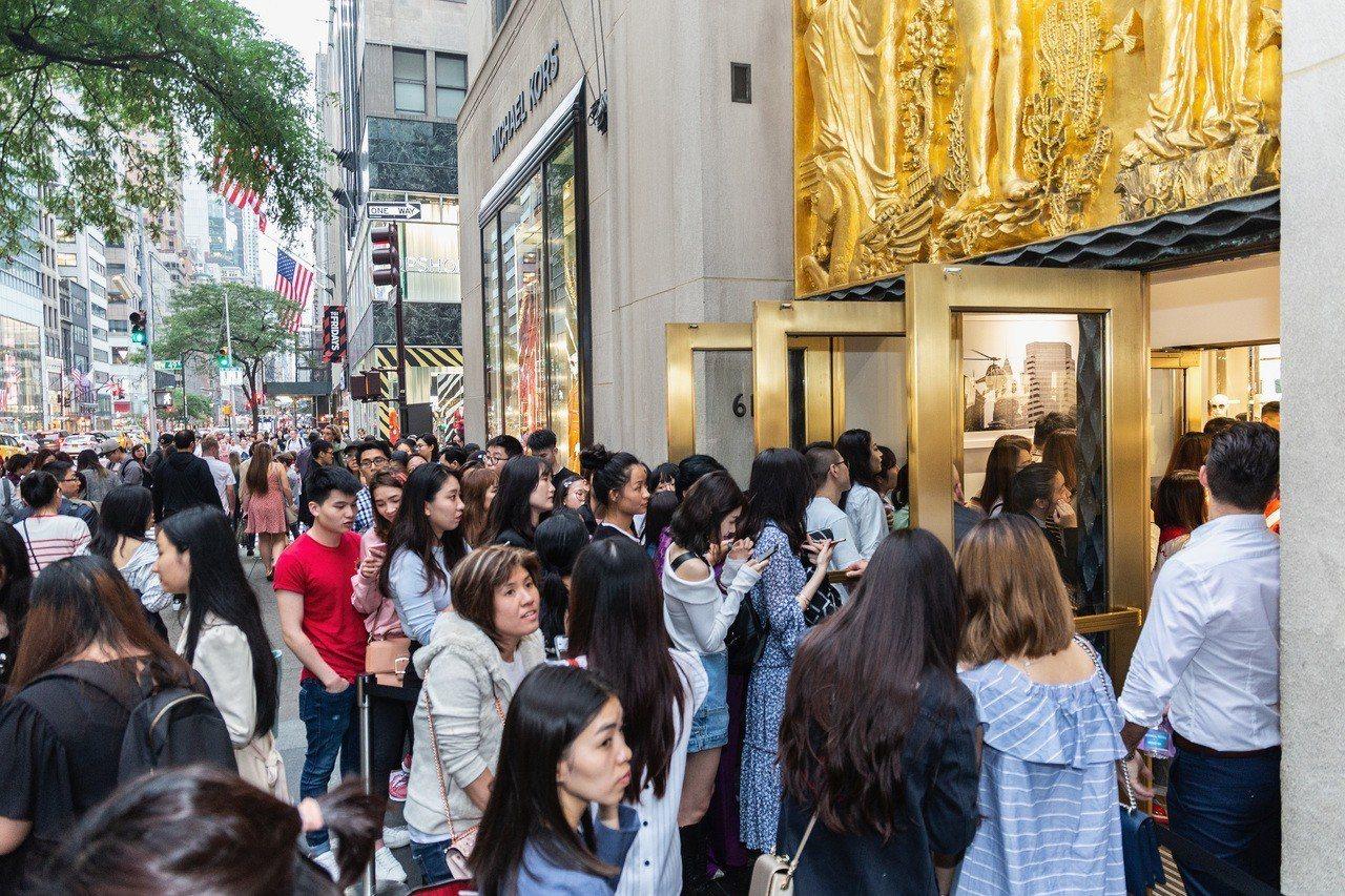 楊冪的粉絲擠爆MK洛克斐勒中心店舖。圖/MICHAEL KORS提供