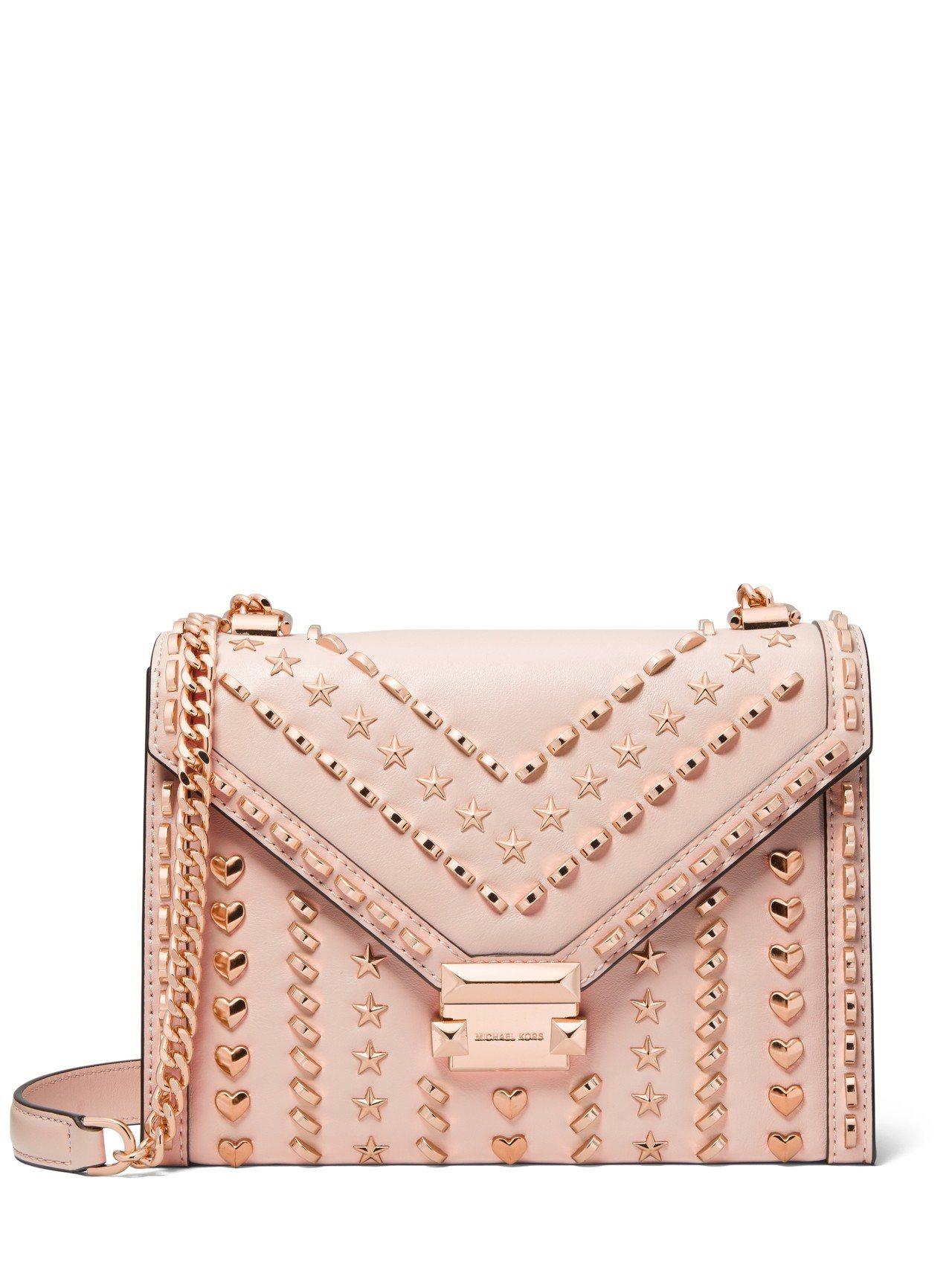 粉色Whitney鉚釘鍊帶包即將於台灣限量登場,售價22,000元。圖/MICH...