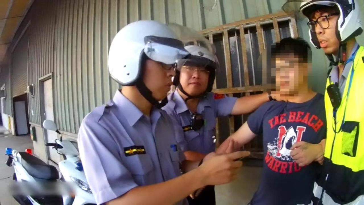 呂姓男子連續擦撞2輛車,最後還是被警方逮捕。記者林昭彰/翻攝