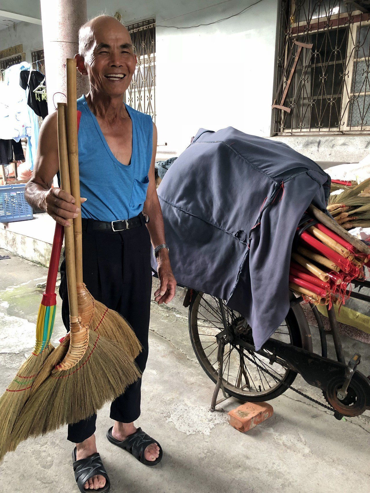 80歲陳哲男家住田中鎮平和里,老顧客會自行到宅買掃帚。記者林敬家/攝影