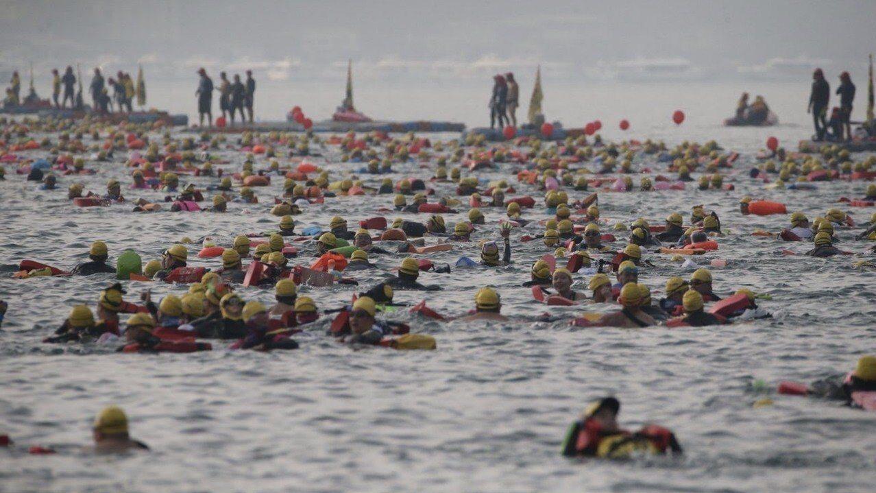 日月潭泳渡今年吸引2萬多名國內外游泳選手參加,但因為山竹颱風威脅,南投縣府明天將...