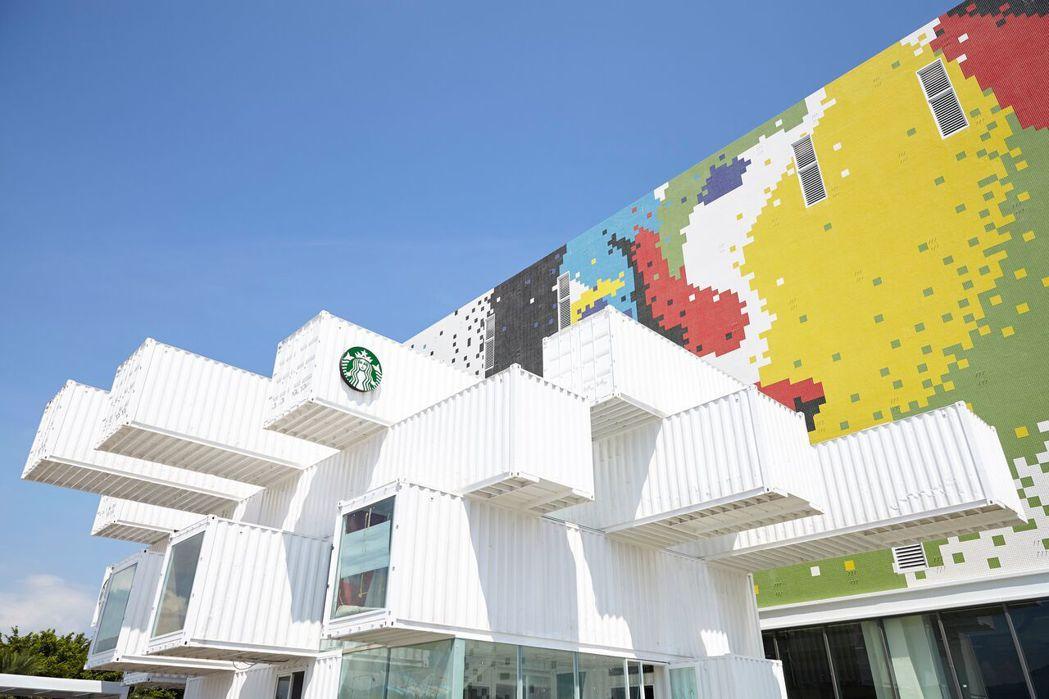 星巴克花蓮洄瀾門市透過純白貨櫃堆疊,搭上牆面綴以鮮豔色彩。圖/星巴克提供