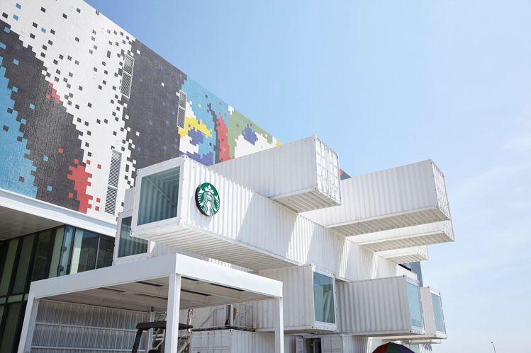 星巴克邀請知名設計師「隈研吾」操刀,以貨櫃做為主素材,開枝散葉堆疊方式營造「大樹...