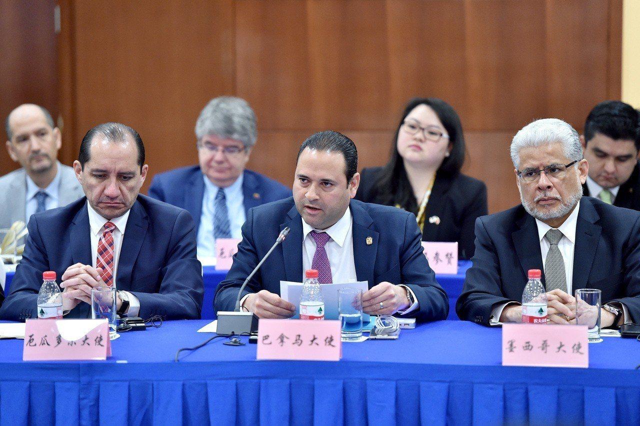 巴拿馬首任駐中國大使施可方(Francisco Escobar)(前排圖中)接受...