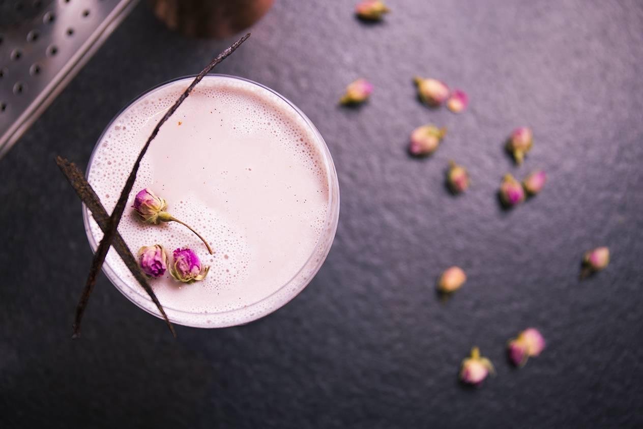 Grace的調酒作品「望春風」調和百加得白蘭姆酒、金巴利利口酒、橙花水、希琳櫻桃...
