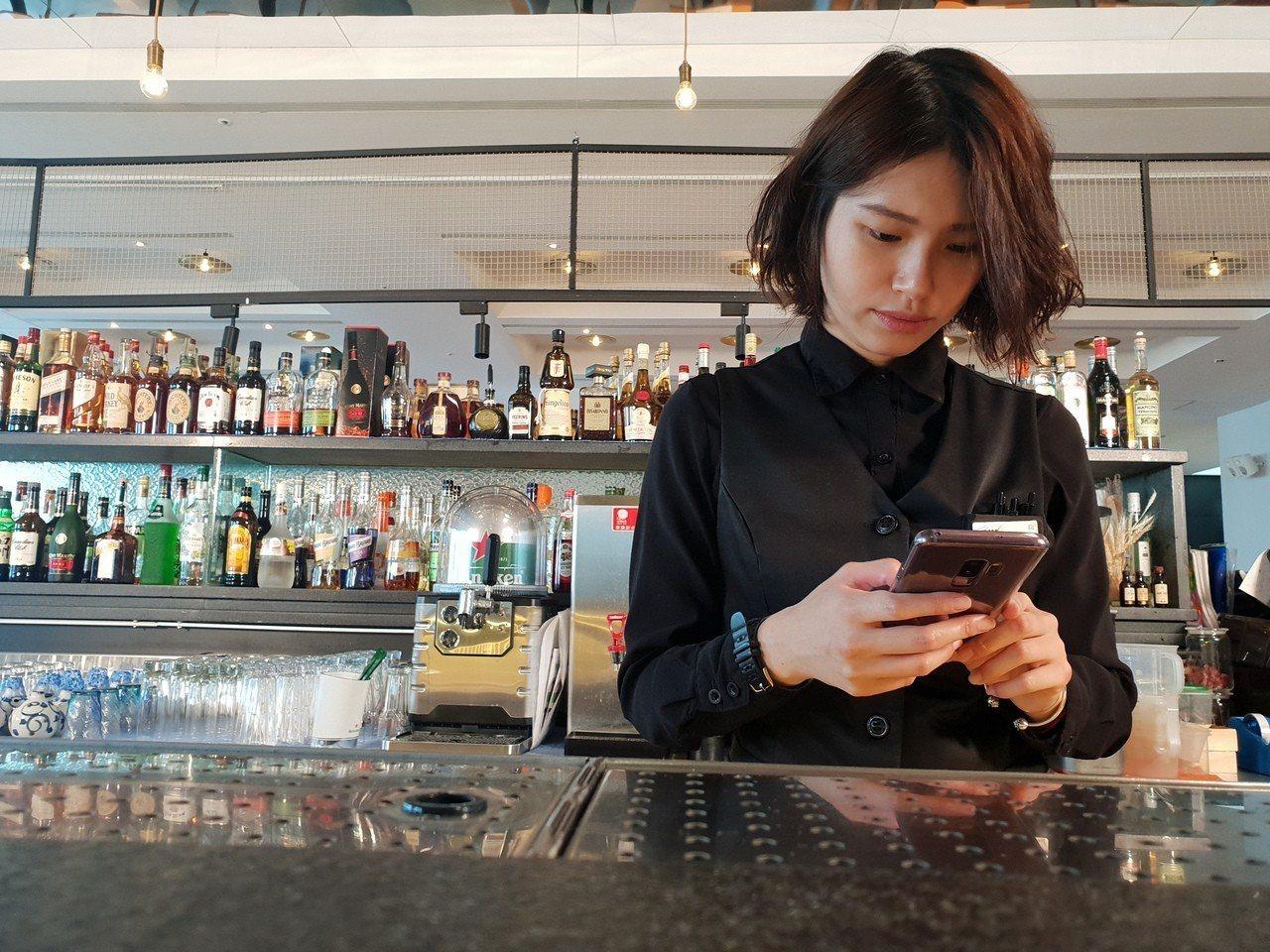 Grace在工作之餘會利用Samsung Galaxy S9+掌握社群動態、蒐集...