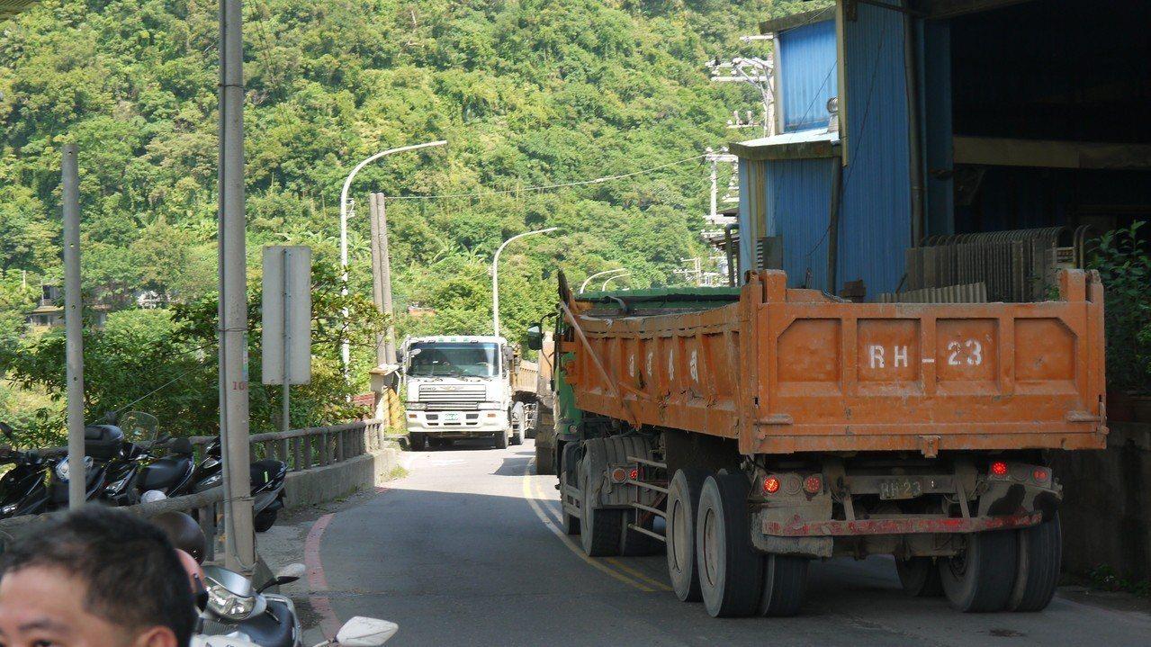 興隆街24號前路幅狹小,每天有超過80輛砂石車、大貨車出入,大型車輛經過會車時,...