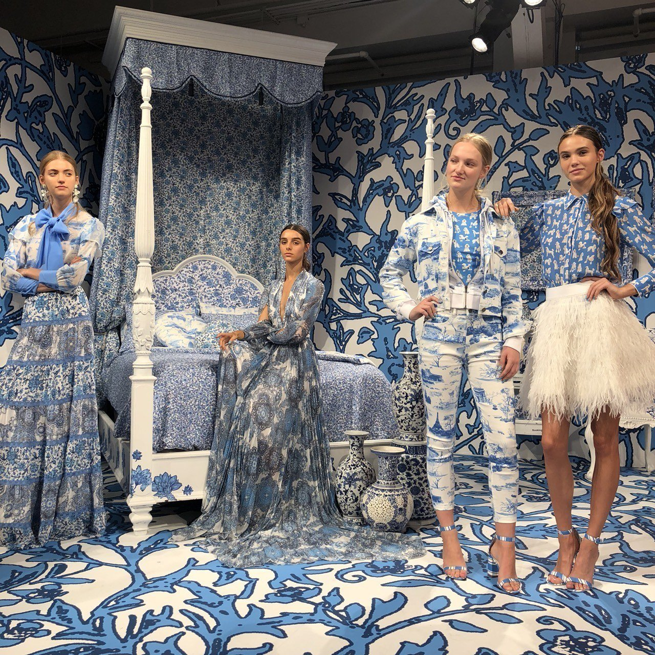 Alice + Olivia以模特兒的靜態展演發表2019春夏系列。記者楊詩涵/...