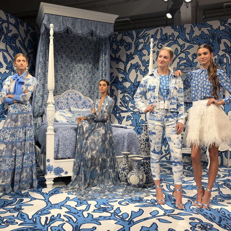 Alice + Olivia以模特兒的靜態展演發表2019春夏系列。圖/記者楊詩...