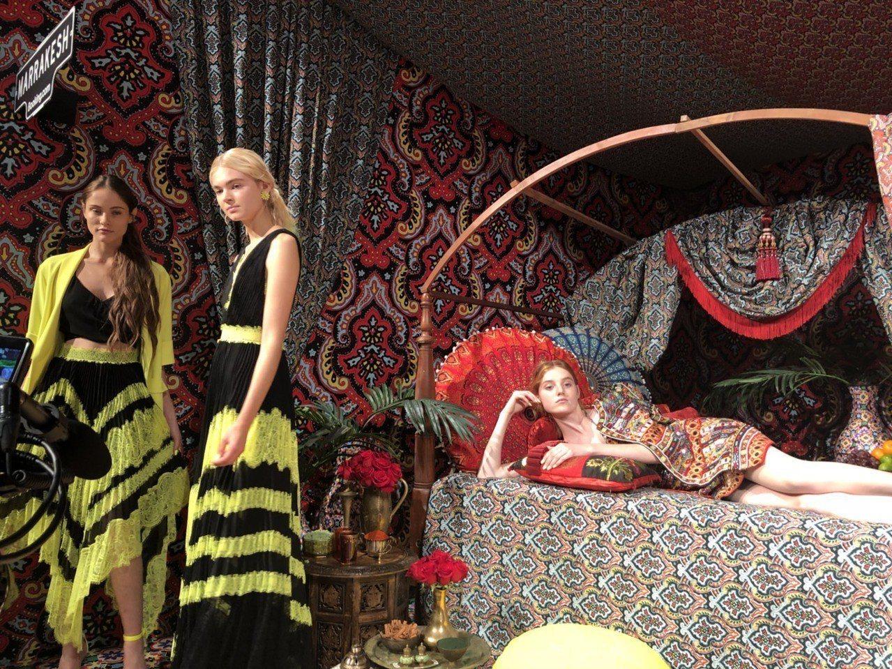 摩洛哥瑪拉克什區有躺臥的模特兒,怪誕有趣。記者楊詩涵/攝影