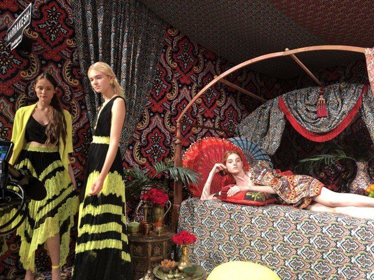 摩洛哥瑪拉克什區有躺臥的模特兒,怪誕有趣。圖/記者楊詩涵攝影