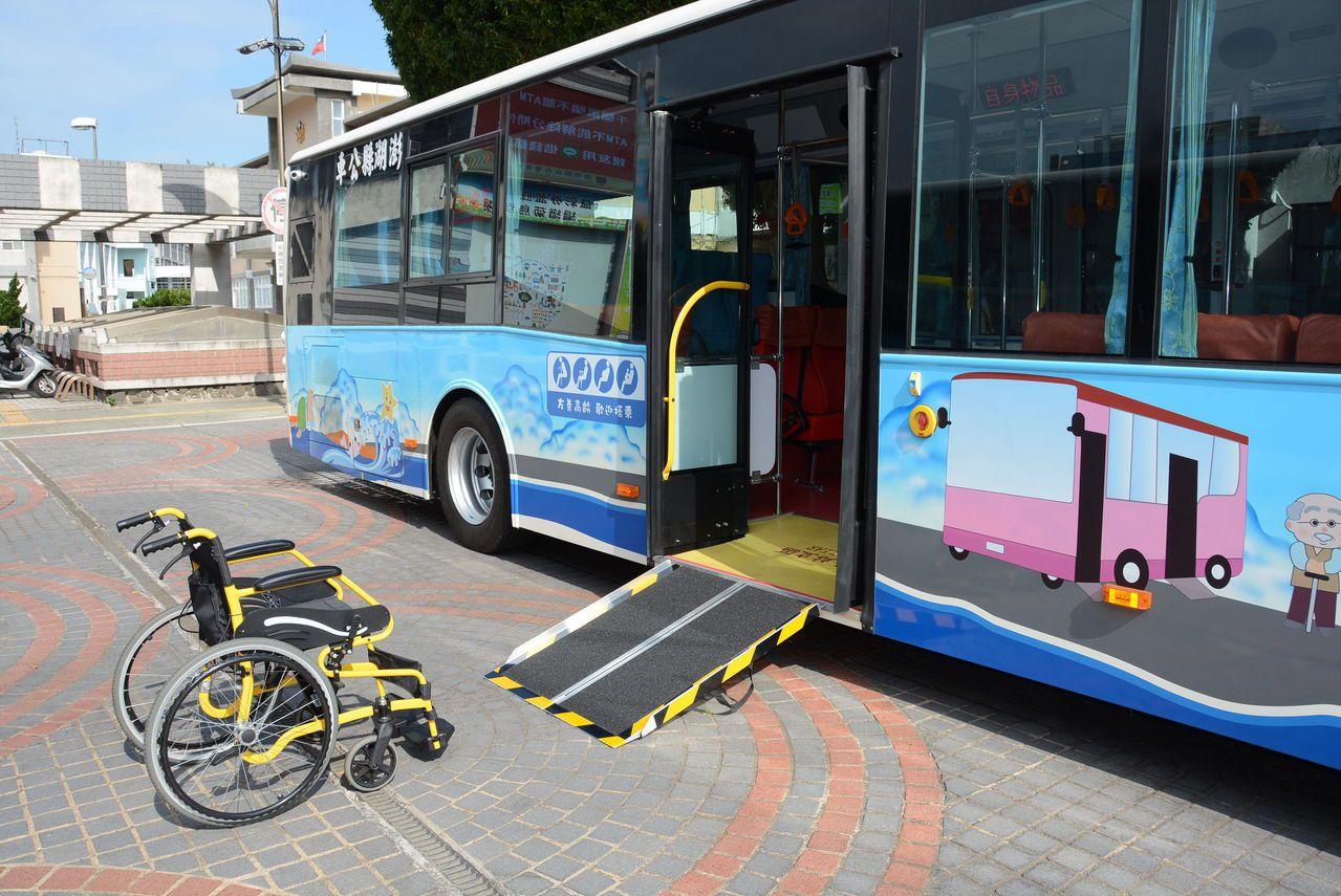 澎湖縣政府引入的低地板公車今天上路,配置上下車坡板,可供輪椅族上車。圖/澎湖縣政...