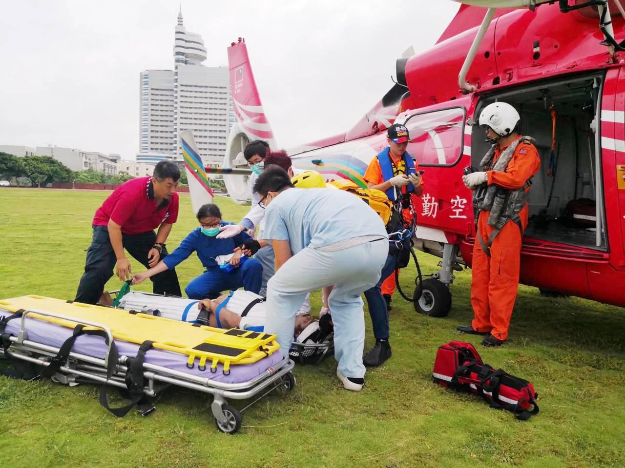 馬紹爾油輪46歲印度籍船員,下午由空勤直升機從台中港外海送抵童綜合急救。圖/空勤...
