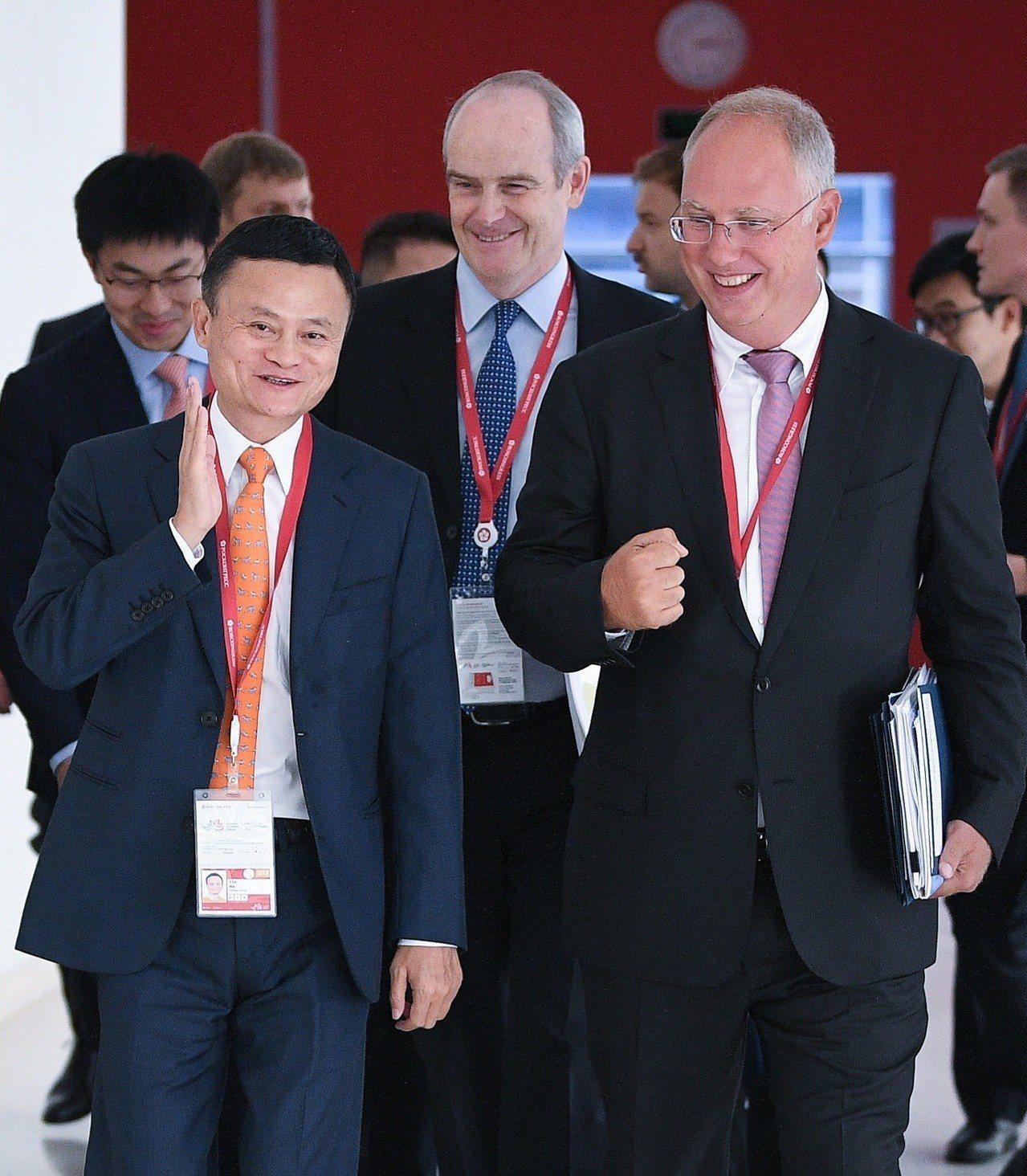 阿里巴巴集團董事局主席馬雲(左)與俄羅斯直接投資基金CEO德米特里耶夫在交流。圖...