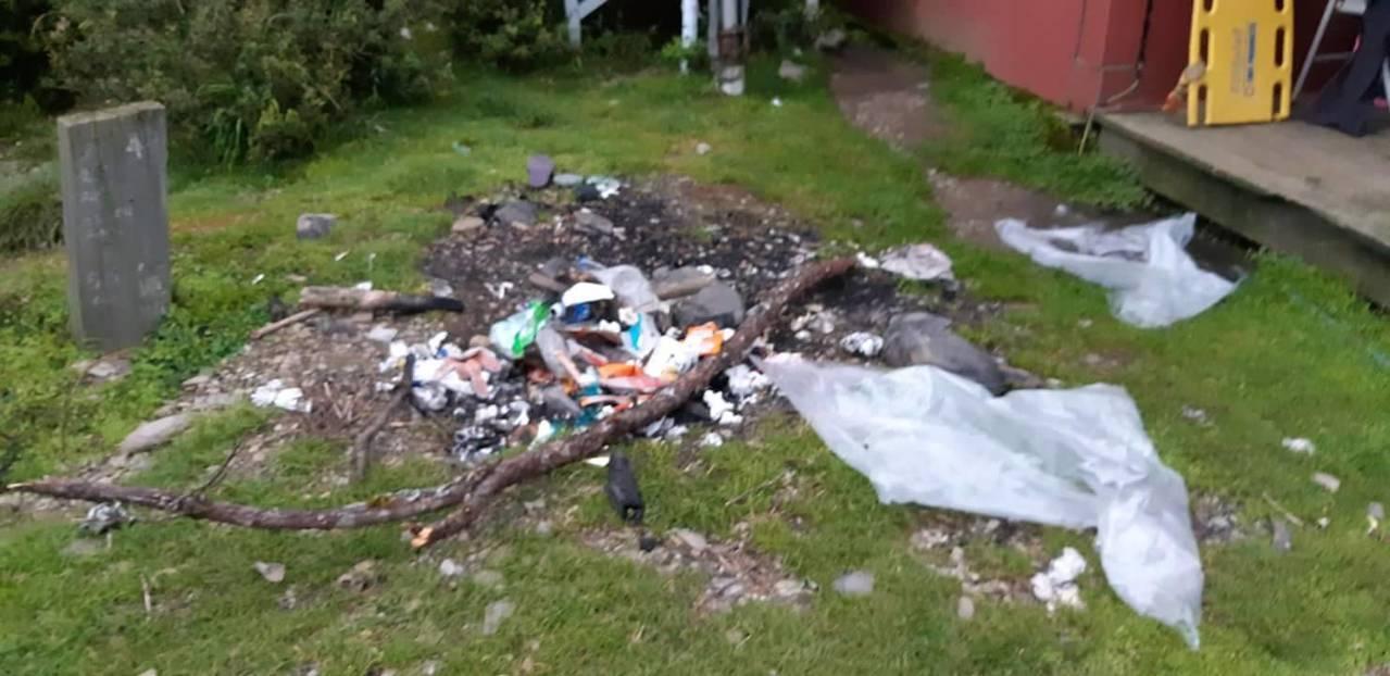 玉山上的避難山屋旁成焚燒場,還有沒燒完的垃圾,令山友看了超傻眼。圖/翻攝自「登山...
