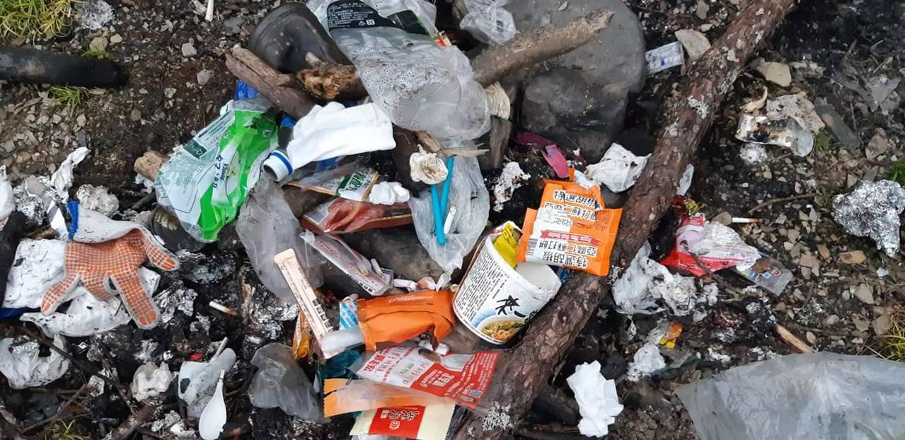 網友在臉書社團指出,山屋旁遭焚燒垃圾,其中有鐵罐、塑膠、紙袋、泡麵等。圖/翻攝自...
