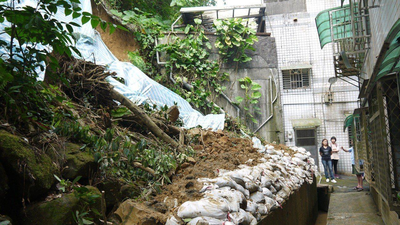 8日基隆大雨造成安樂區武隆街103巷55弄47號後方大面積邊坡坍塌。記者游明煌/...