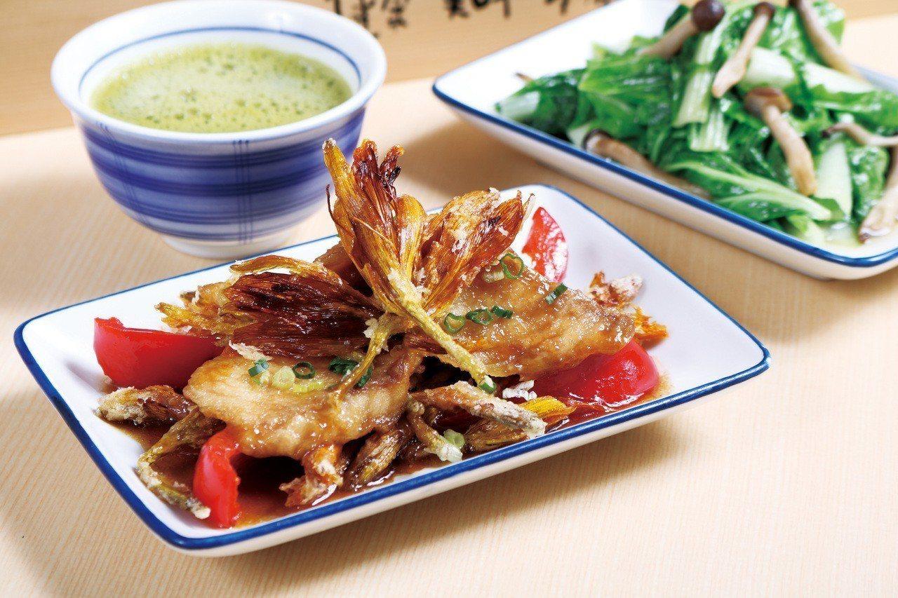 使用在地食材烹煮的鯛魚金針花,每份130元。圖/東元餐飲集團提供