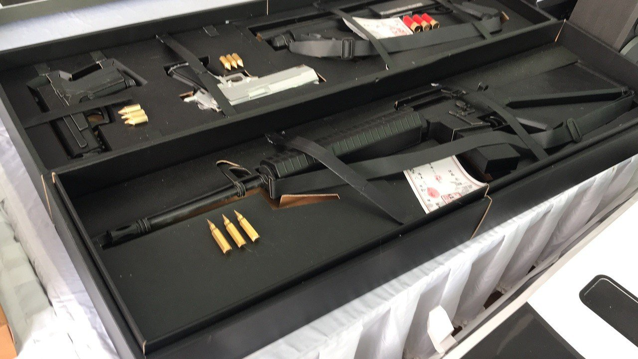 在功德法會結束後,親友準備大筆庫錢、特製的紙紮M16步槍、彈藥、麻將桌、電腦、舞...