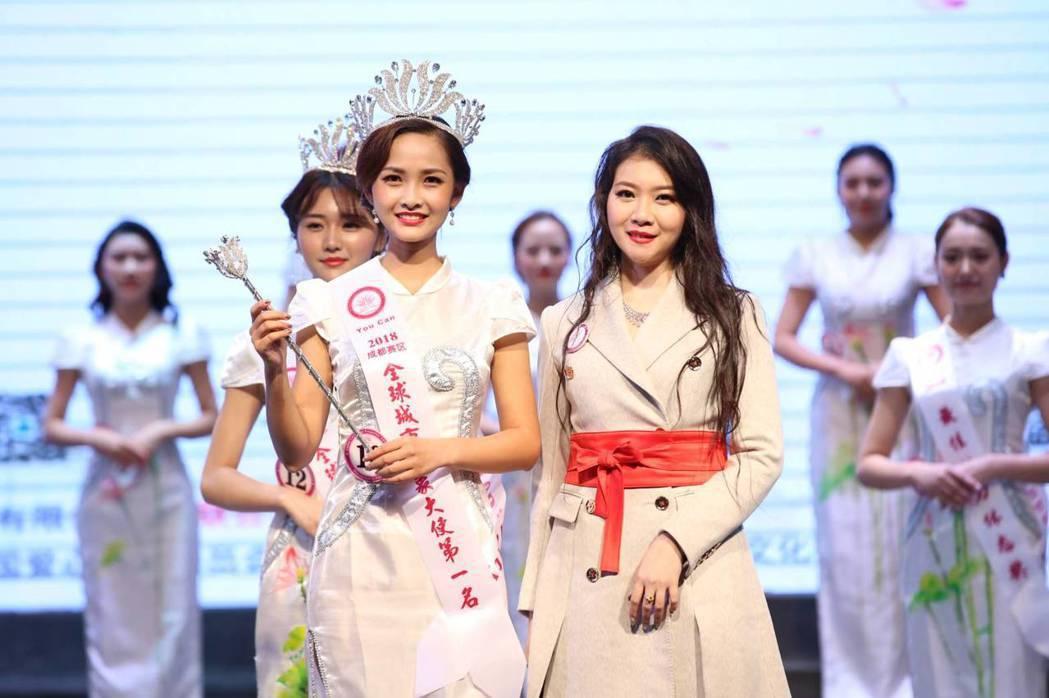 高嘉璘主席頒獎給成都賽區城市佳麗第一名何玉潔。圖/全球城市小姐選拔大賽提供