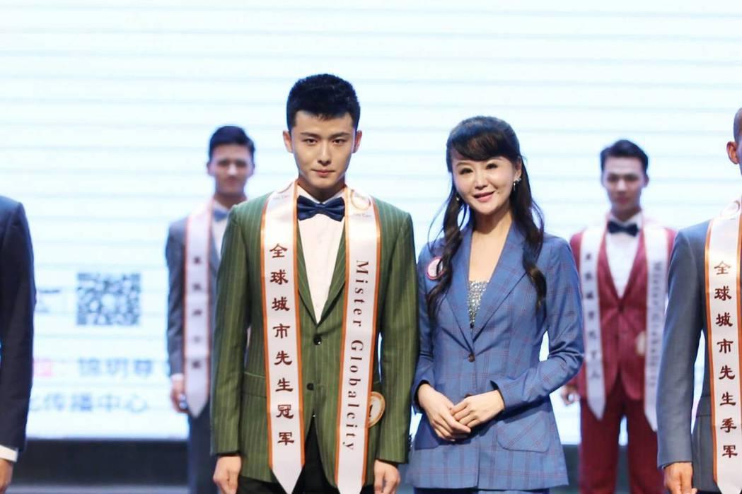張如君頒獎給成都賽區城市先生第一名李建偉。圖/全球城市小姐選拔大賽提供