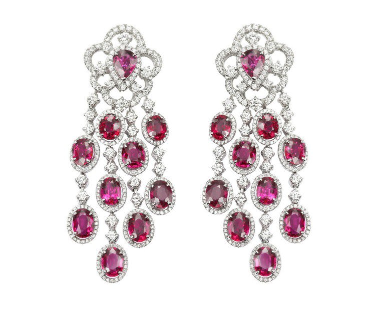 Red Carpet系列紅寶石套組珠寶,耳環鑲嵌紅寶石總重21.69克拉與鑽石5...